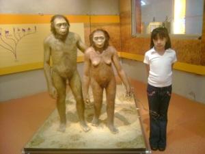 Otro recuerdo inevitable...la foto con la pareja de Australopithecus afarensis. Sala Evolución, vida y tiempo, Universum.